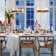 Decorate the Christmas dining table
