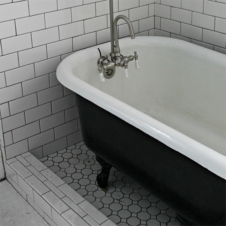 Home dzine bathrooms paint a claw foot bathtub - Painted clawfoot tub exterior pict ...