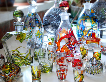 You can use glass stain to dress up inexpensive glassware or recycle glass food jars into colourful containers.