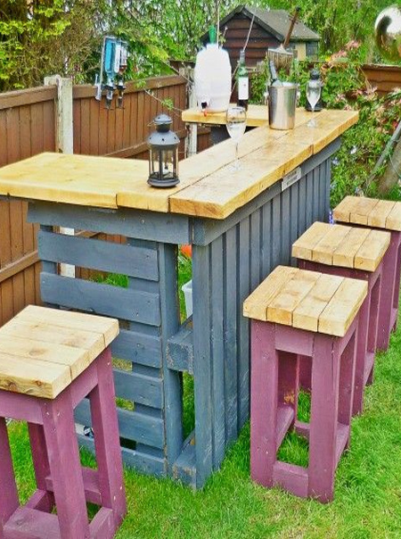 DIY outdoor bar ideas reclaimed painted pallets