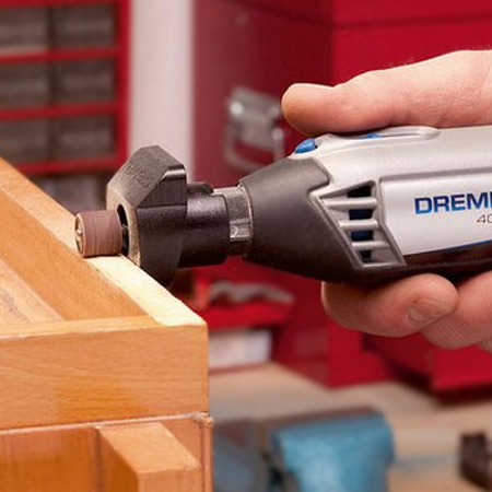 Use the shaping platform as an added accessory to a multitool, or fit onto the Dremel Multi-Vise as shown below.