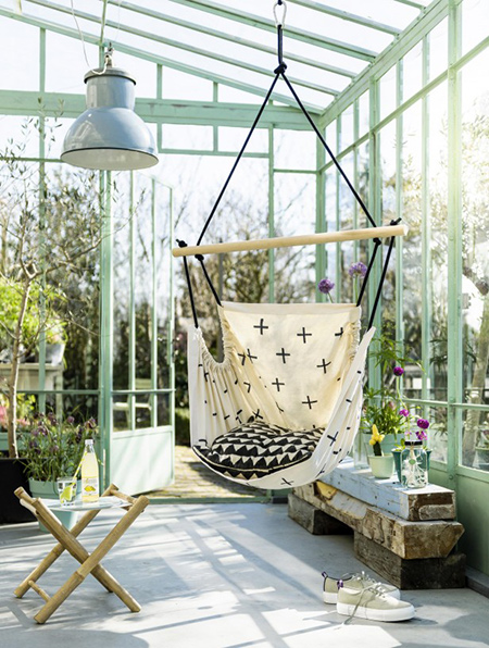 Home dzine garden ideas easy to make hanging hammock - Chaise suspendue exterieur ...