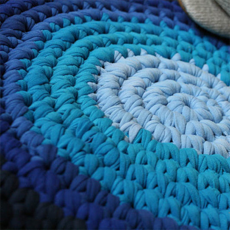 Make a rug using old t-shirts