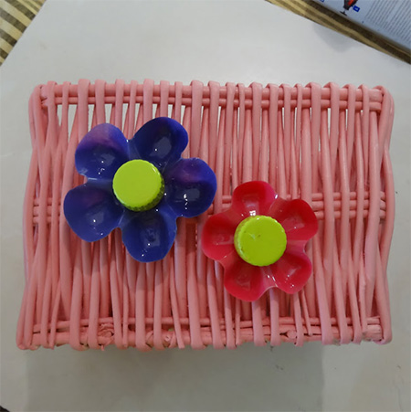 Rust-Oleum 2X UltraCover spray paint and turn plain white baskets into colourful storage containers with recycled plastic flowers