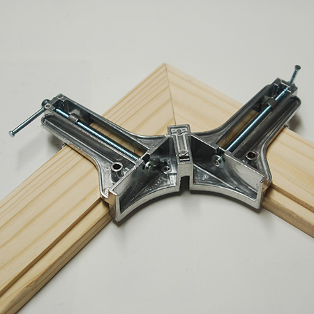 Hold corners tightly with the corner clamps.