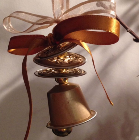 Use Nespresso capsules to make your own Christmas bells to decorate the tree
