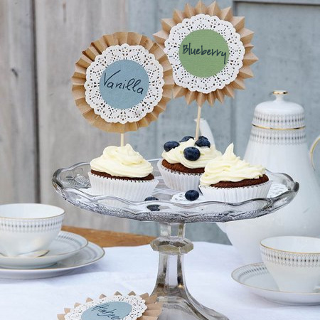 Here's an easy way to make your cupcake display look even more delectable. Use brown kraft paper, coloured paper and lacy doilies to let your guests know what flavours you have made. Write the main ingredients of each cupcake: vanilla, cream, chocolate.