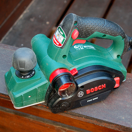 The Bosch PHO 2000 electric planer is definitely a step up from the old model. It offers high surface quality and consistent material removal – even for the most demanding jobs.