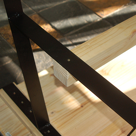 Place the tabletop face down in order to mount the steel leg frames onto the crossbeam using 4,5 x 50mm screws.