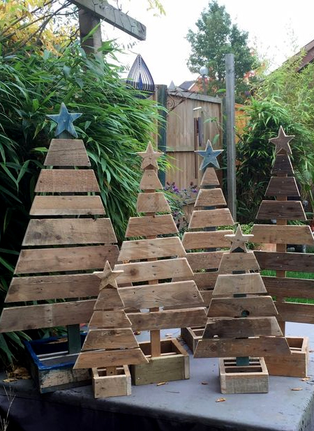 new product 25ab5 c904a HOME DZINE Home DIY | Reclaimed wood pallet Christmas trees