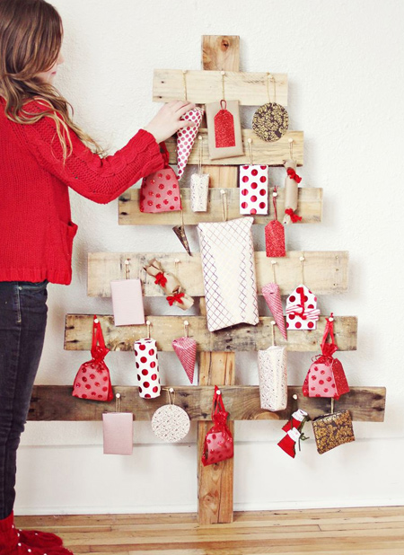 Home Dzine Home Diy Reclaimed Wood Pallet Christmas Trees