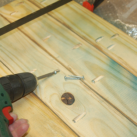 Join the sections for the table top together using a Kreg pockethole jig. Make sure each section is aligned, flat and flush with the adjoining plank.