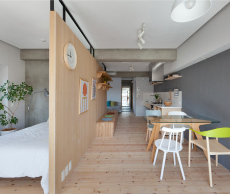To highlight the sense of space in the apartment, only one paint colour was used, and varying hues applied to walls and ceilings. This also ties in with the exposed concrete beams and exposed piping.