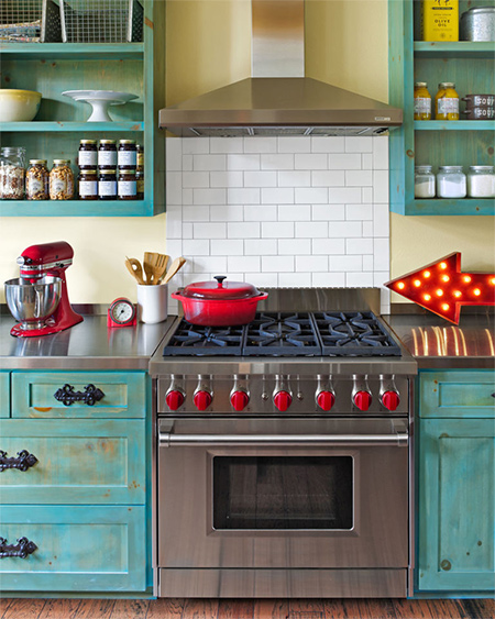 I am seriously thinking about ripping out my melamine kitchen and fitting a country or farmhouse kitchen. This is a style that lends itself to comfortable living with tons of personality, and one that's also easy to DIY.