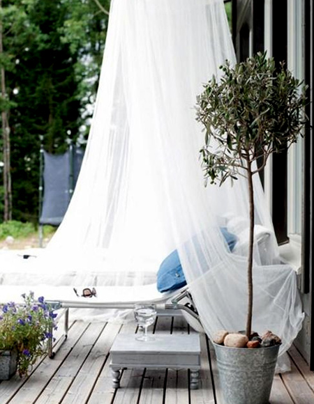 Summer has arrived, and with it the swarms of mosquitoes that hover around us. Quick and easy to install, mosquito nets are one of the most economical ways to shelter an outdoor seating or dining area.