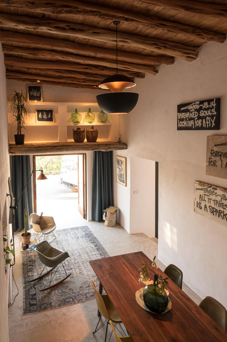 HOME-DZINE | Inspiring Architecture - Where possible, every effort was made to ensure that the modern home incorporated authentic detail and materials. The beautiful authentic 'sabina beams' were preserved, as were the original ancient stone walls in the kitchen and bathroom.