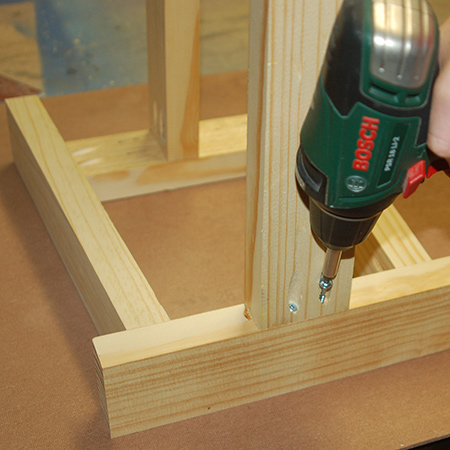 7. Measure and mark the centre of the seat support and side rail in order to mount the top and bottom rails.