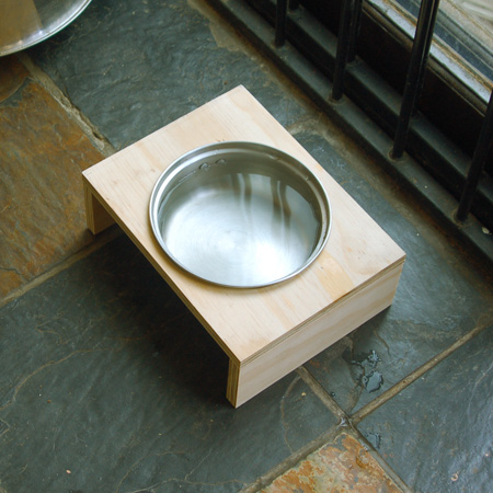 HOME-DZINE | This plywood dog bowl holder is a 10-minute project using leftover scraps of 16mm plywood and a saucepan with a broken off handle.