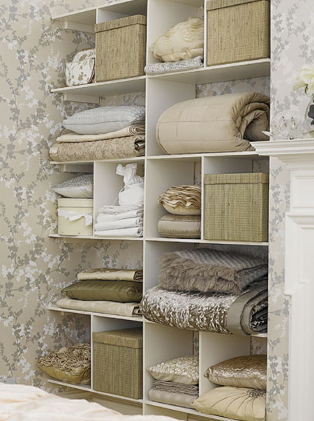 In a bedroom or dressing room, an alcove can provide the ideal solution for building shelves to store linen and textiles. Keep it neat and organised using storage boxes for smaller items