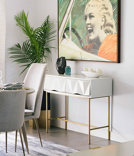 Sometimes you may think that your favourite piece of art might not work in a particular setting, but when hung on the wall the opposite is achieved. A colourful piece of art fills up this blank wall with contrasting colour.
