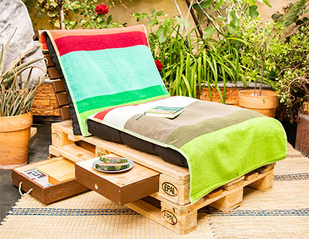 Make this Reclaimed Pallet Garden Lounger