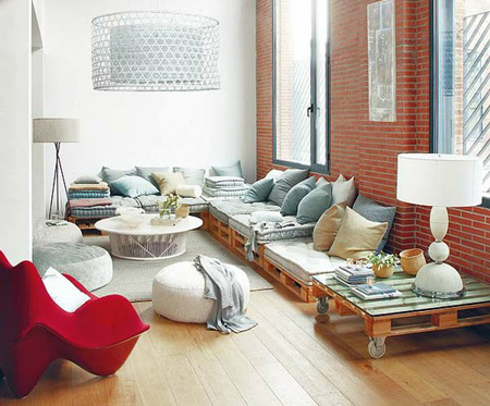 Home dzine craft ideas what can you do with an old pallet for Pallet living room couch